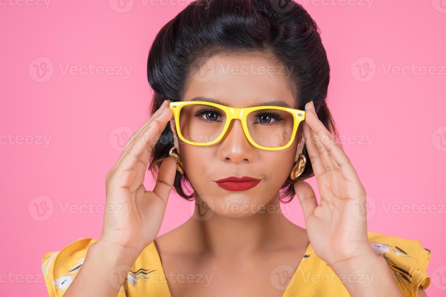 porträtt av fashionabla kvinna med solglasögon foto