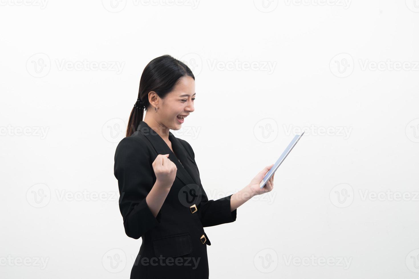 leende unga affärskvinna använder en surfplatta isolerad på vit bakgrund. foto