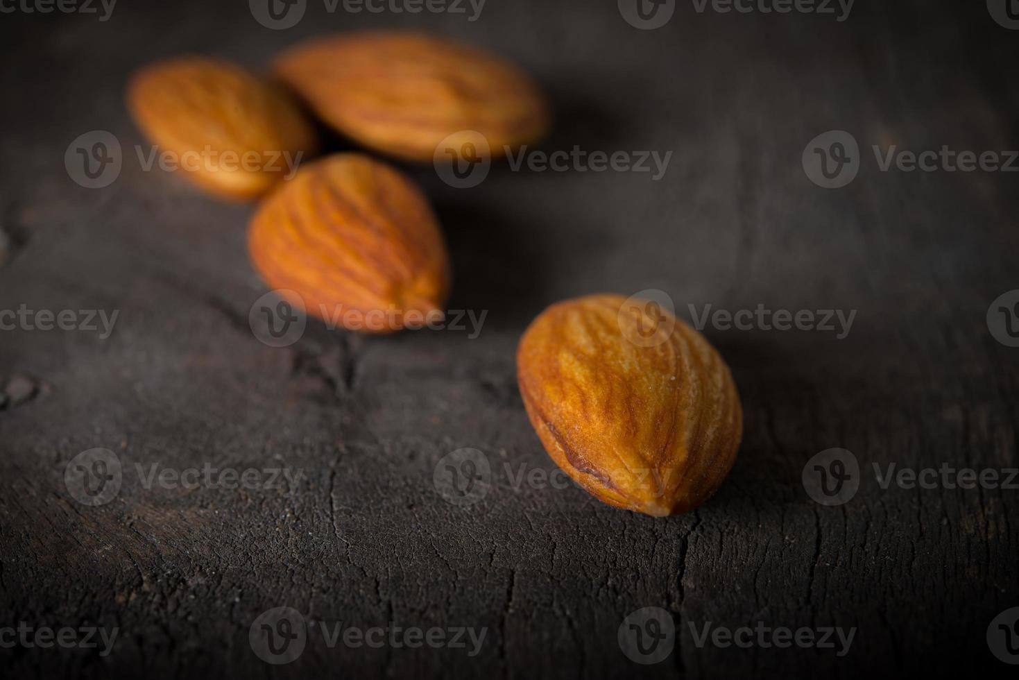 mandlar på träbakgrund foto