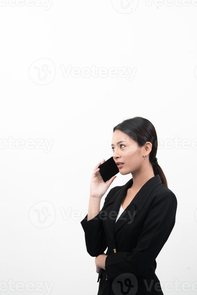 stående av den säkra affärskvinnan som använder mobiltelefonen som isoleras på vit bakgrund foto