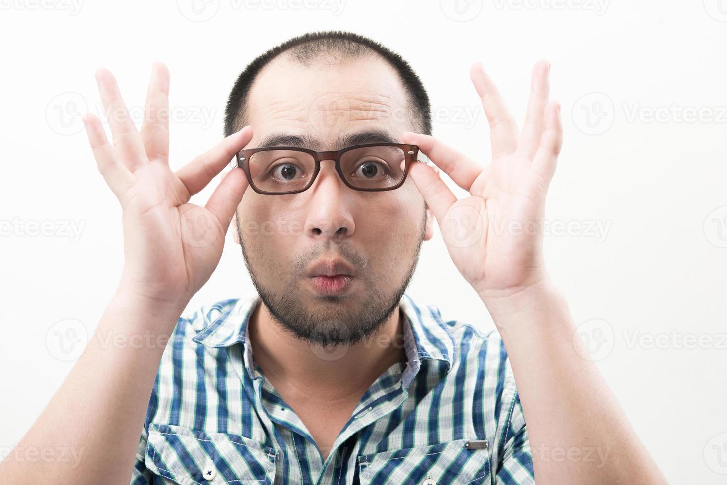 porträtt av ung vacker man isolerad på vit bakgrund röra hans glasögon foto