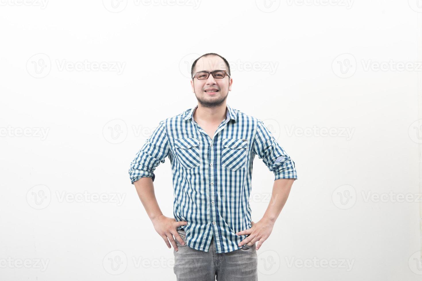 stilig glad asiatisk man som isoleras på en vit bakgrund foto