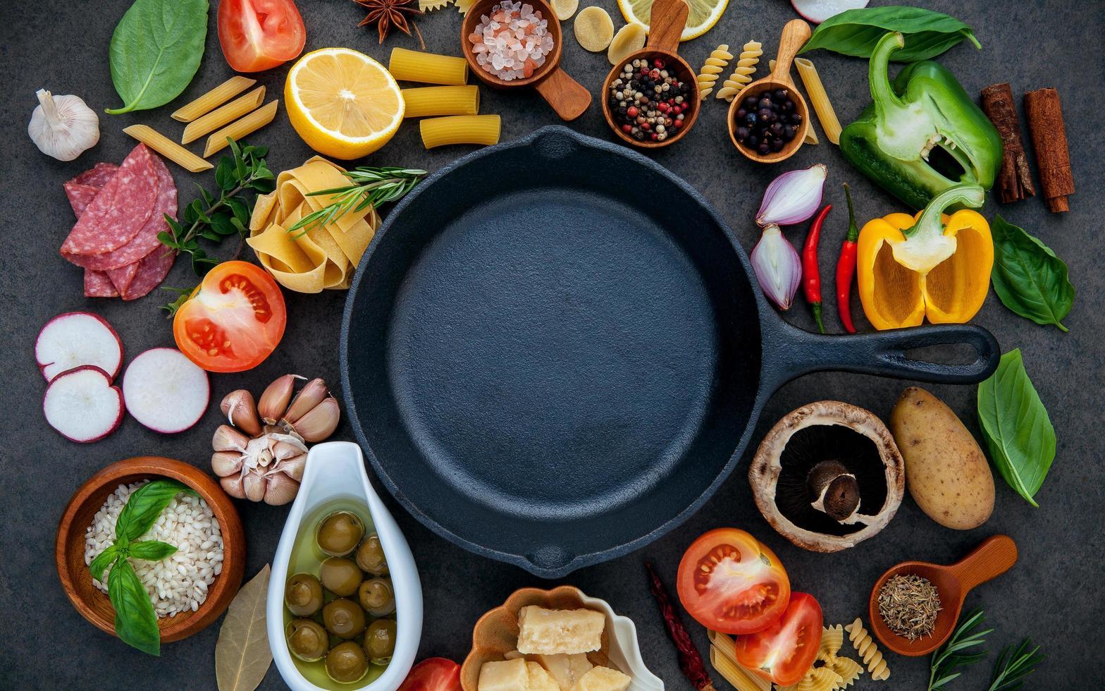 stekpanna med matlagningsingredienser foto