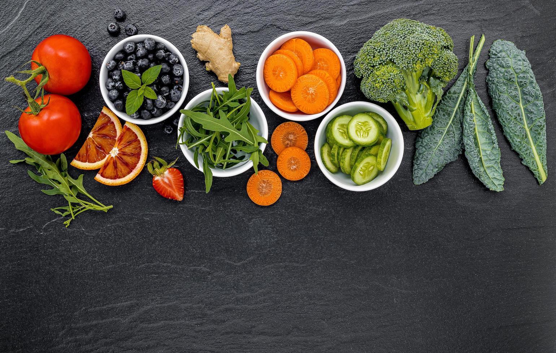 färgglada ingredienser för hälsosamma smoothies foto