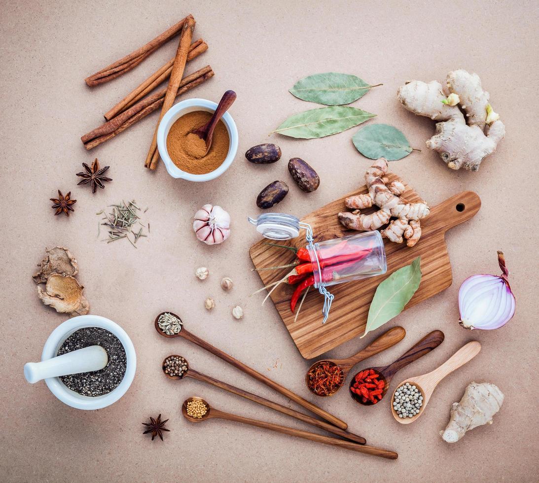 blandade kryddor och örter foto