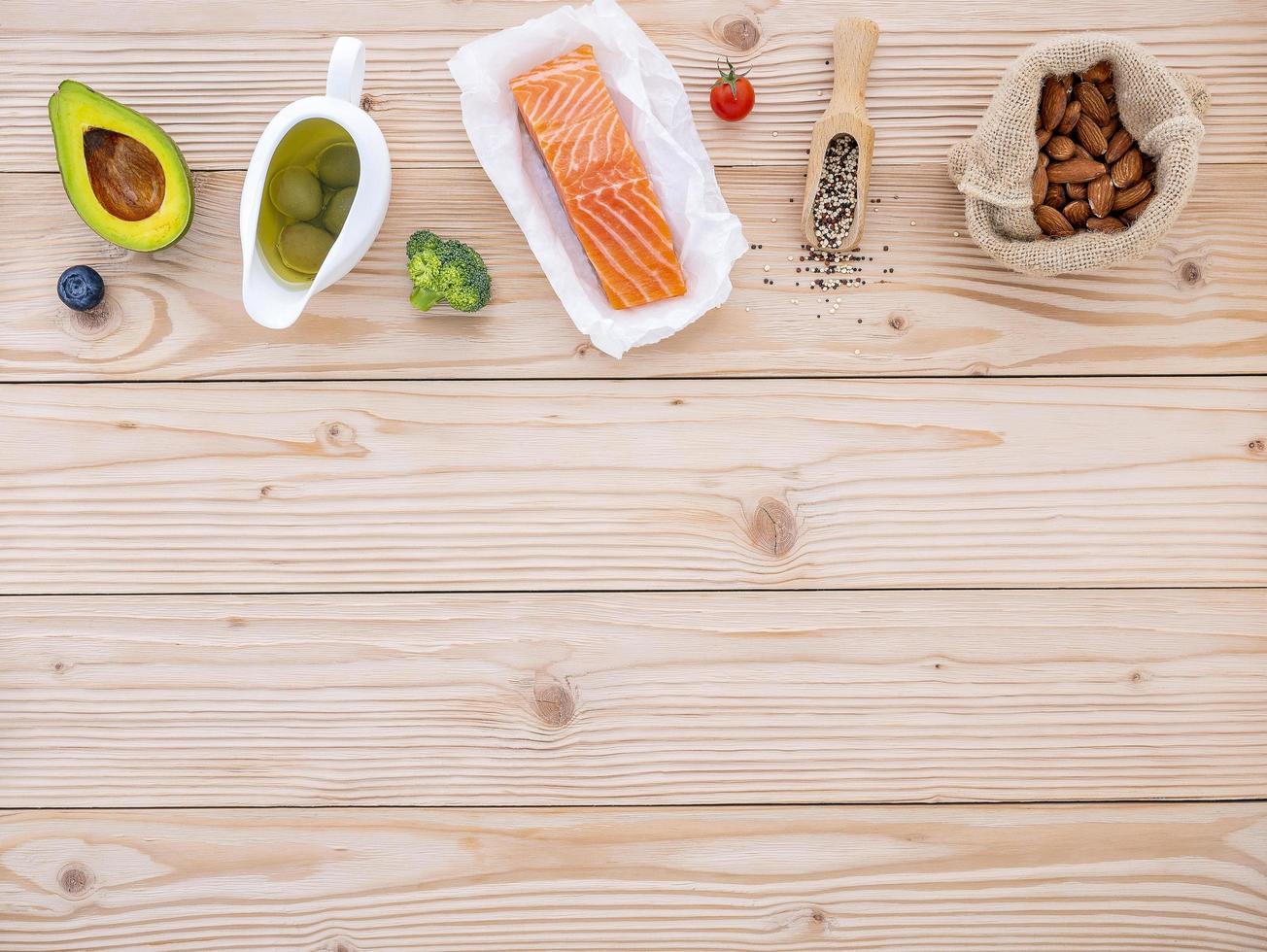hälsosamma ingredienser på ljust trä foto