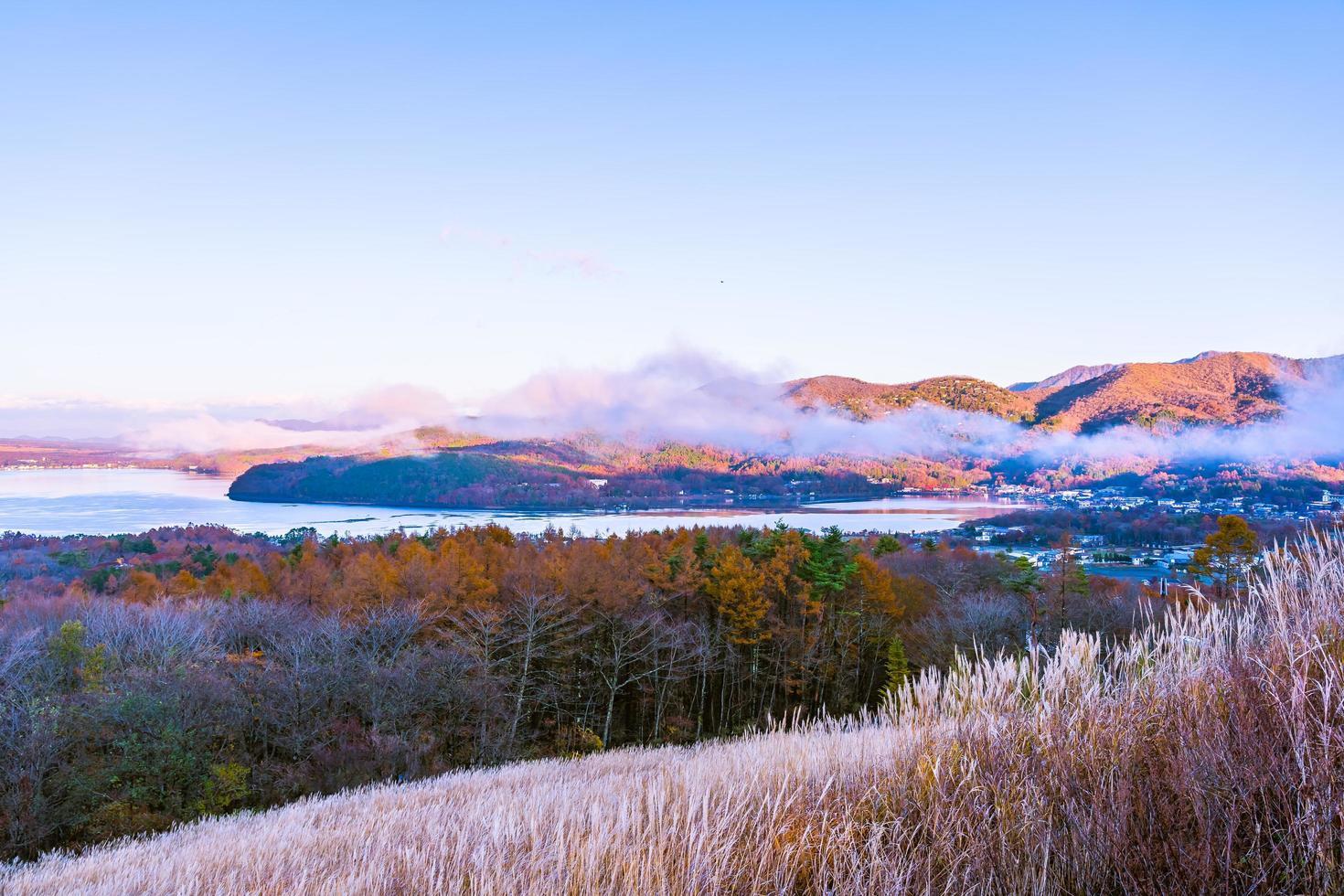 vackert landskap vid sjön yamanakako, japan foto