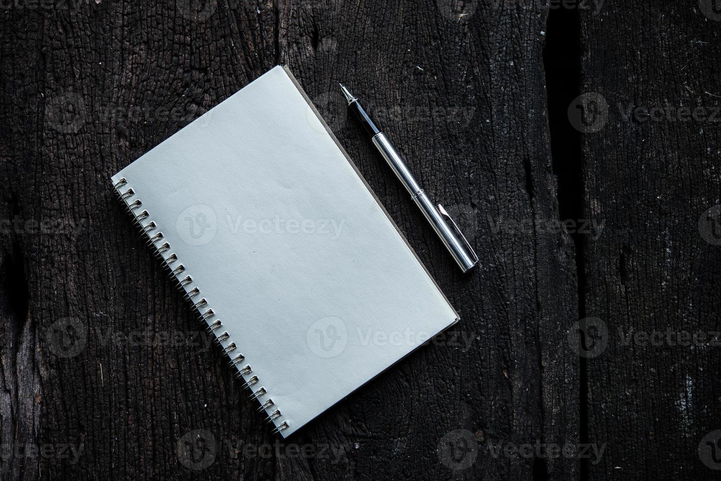 anteckningsbok med penna på trä textur bakgrund foto