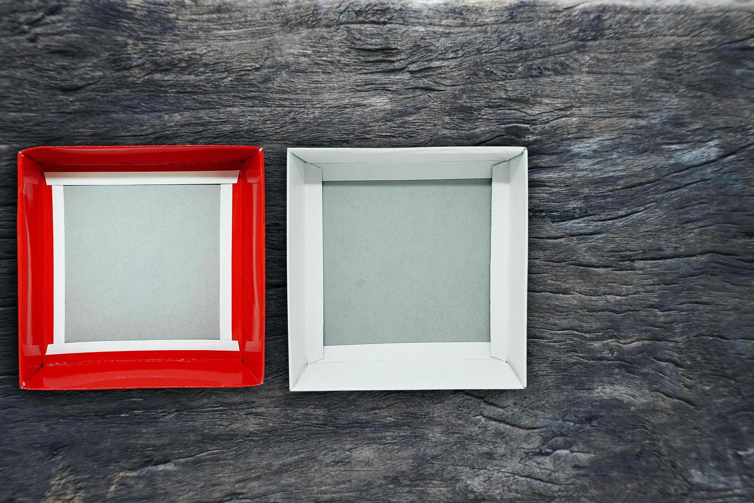 ovanifrån av öppen tom låda i rött och vitt på trä bakgrund foto