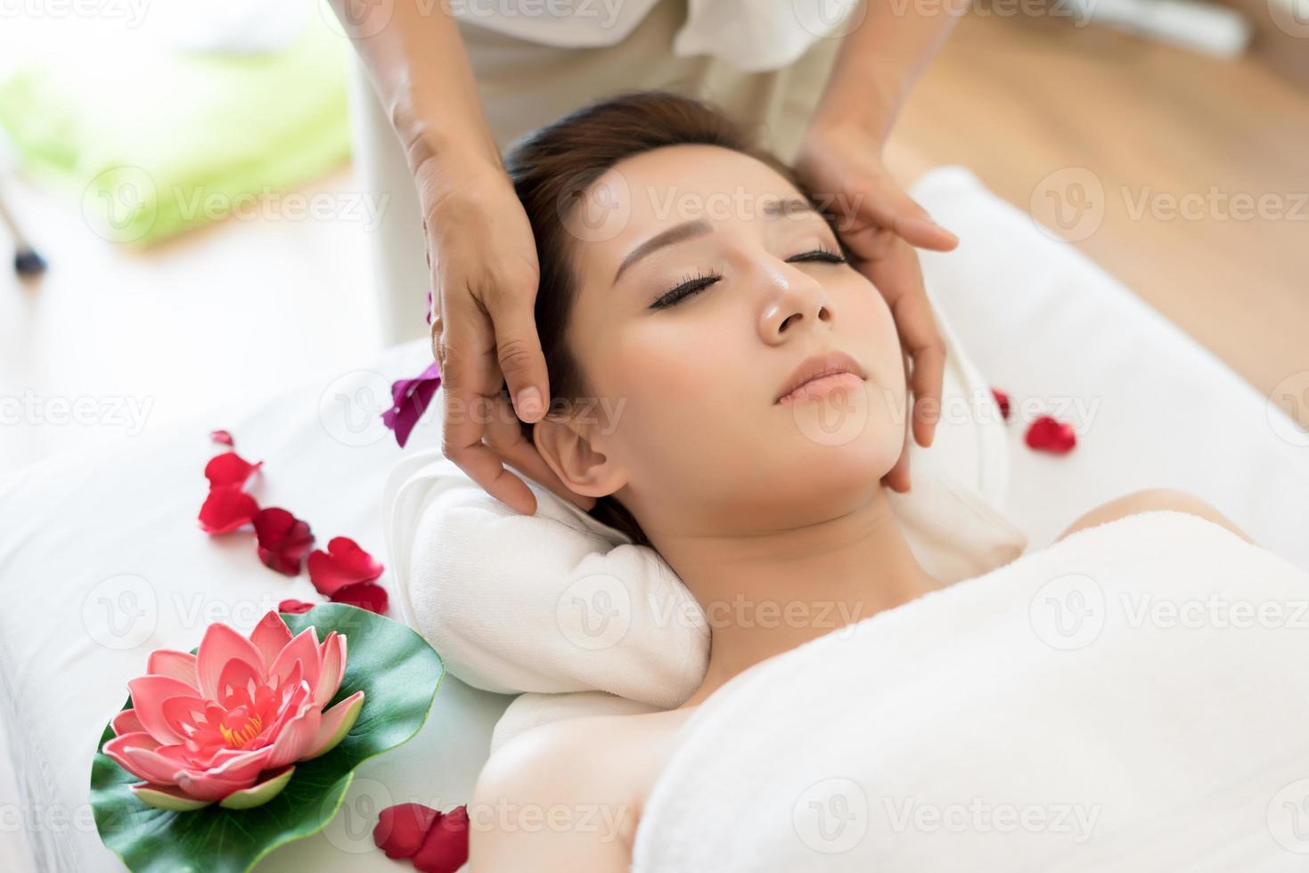 traditionell orientalisk massageterapi och skönhetsbehandlingar foto