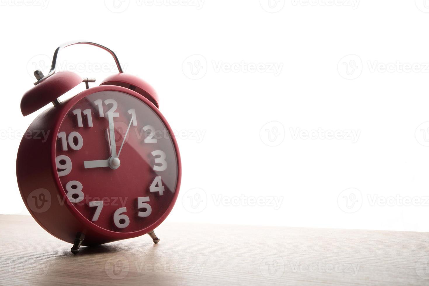 röd väckarklocka isolerad på vit bakgrund foto