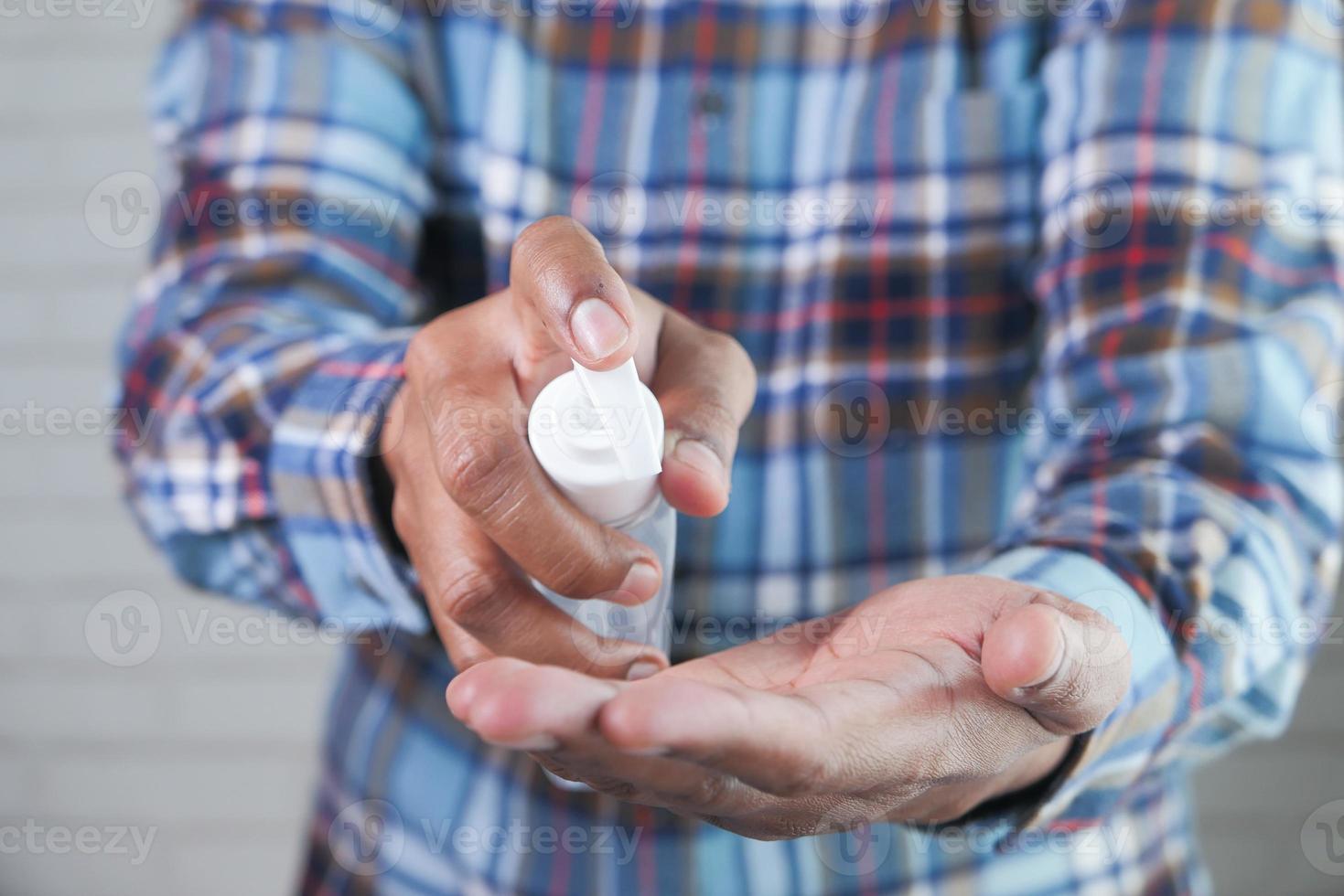 man använder handdesinfektionsmedel foto