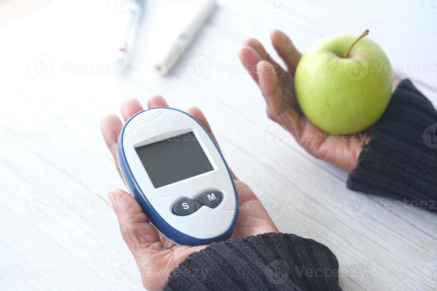 diabetiska mätverktyg med äpple på bordet foto