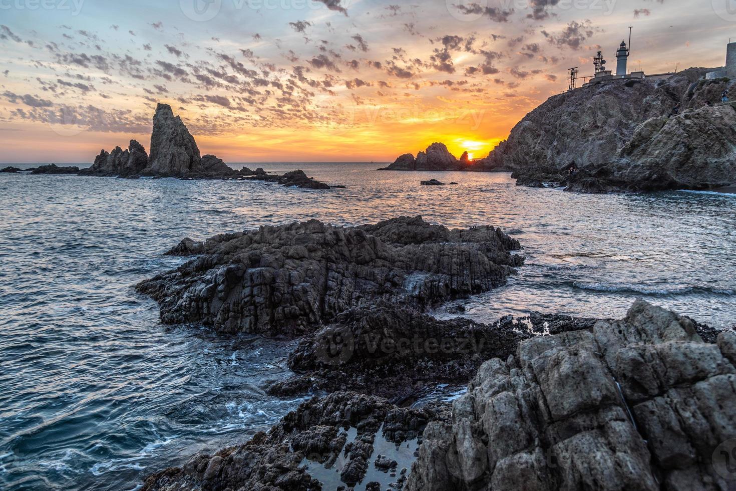 solnedgång på en vacker kust foto