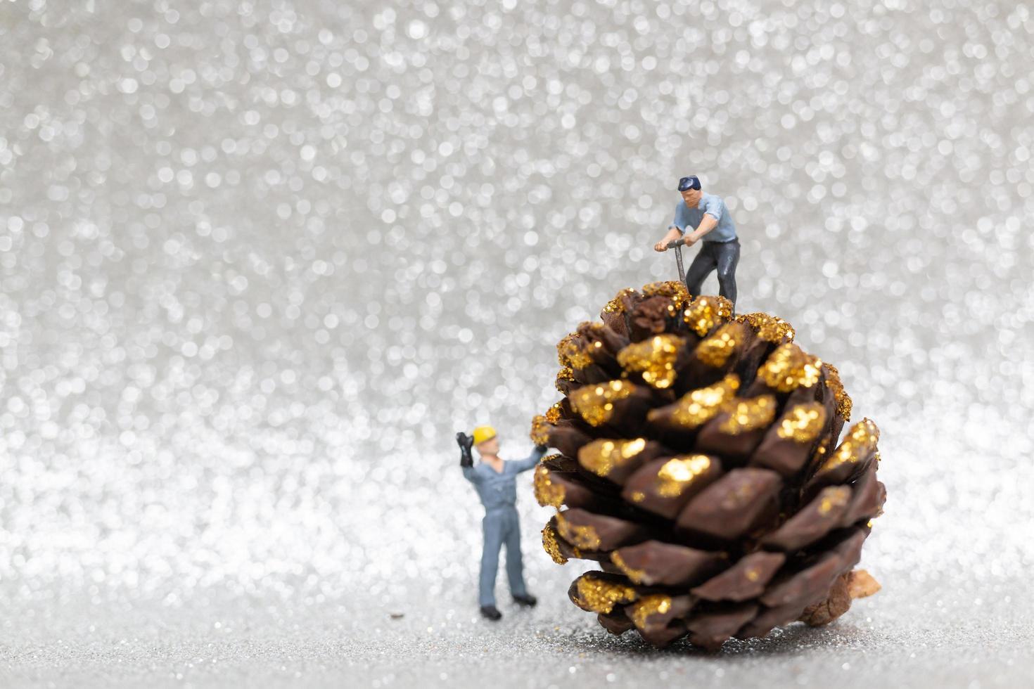 miniatyrarbetare förbereder en julkotte, jul och koncept för gott nytt år foto
