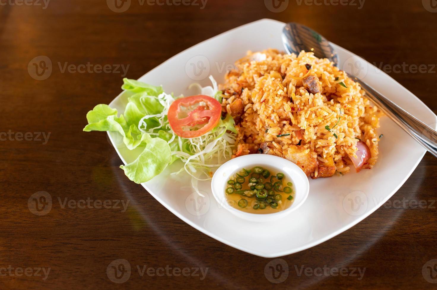 stekt ris i en maträtt foto