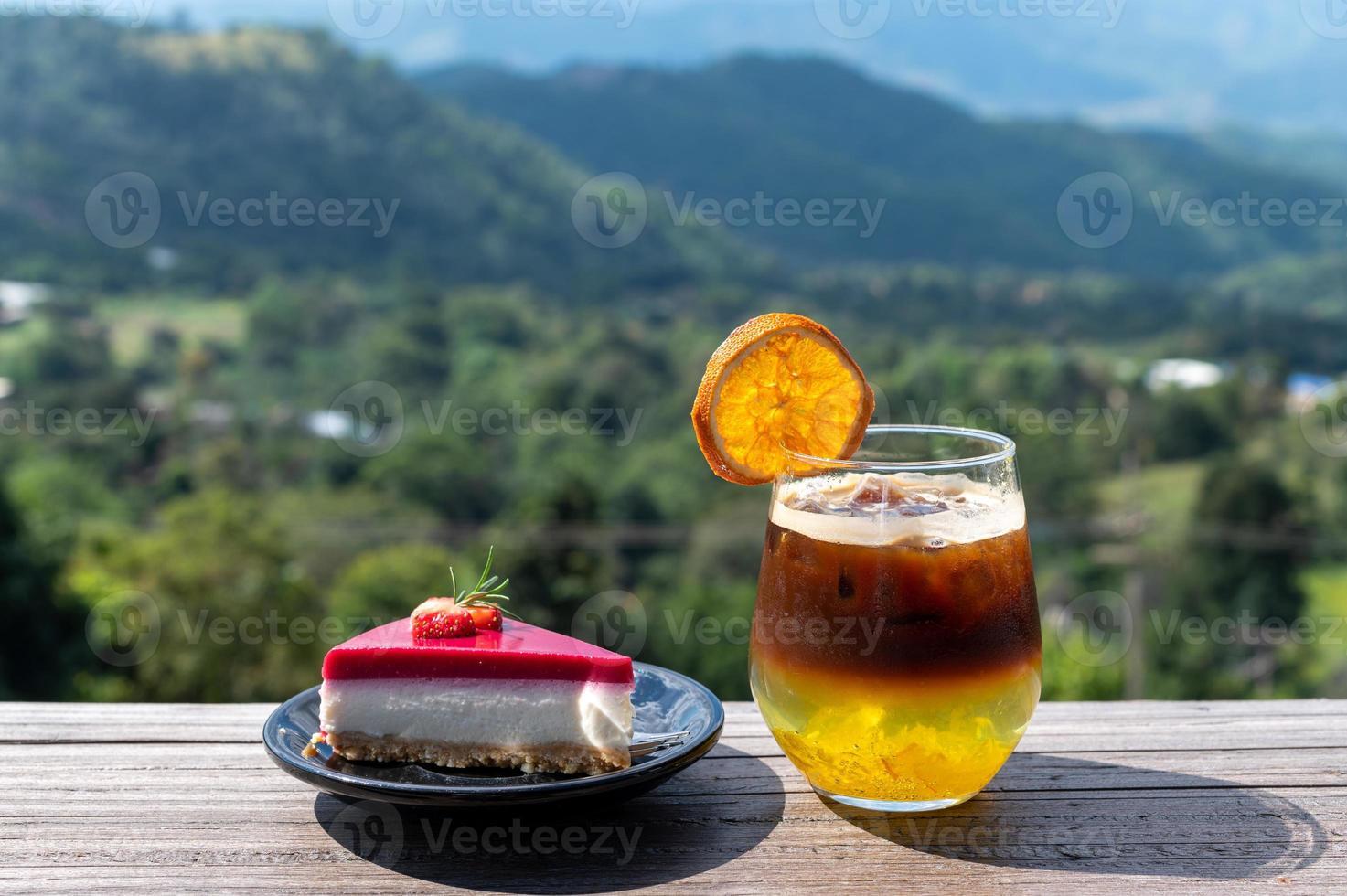 tårta och cocktail med utsikt foto