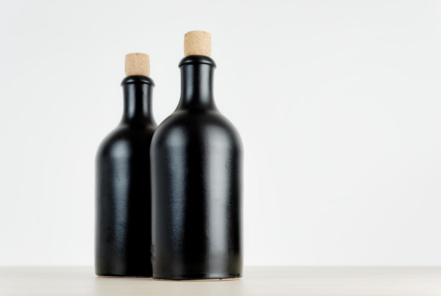 två tomma flaskor på ett bord foto