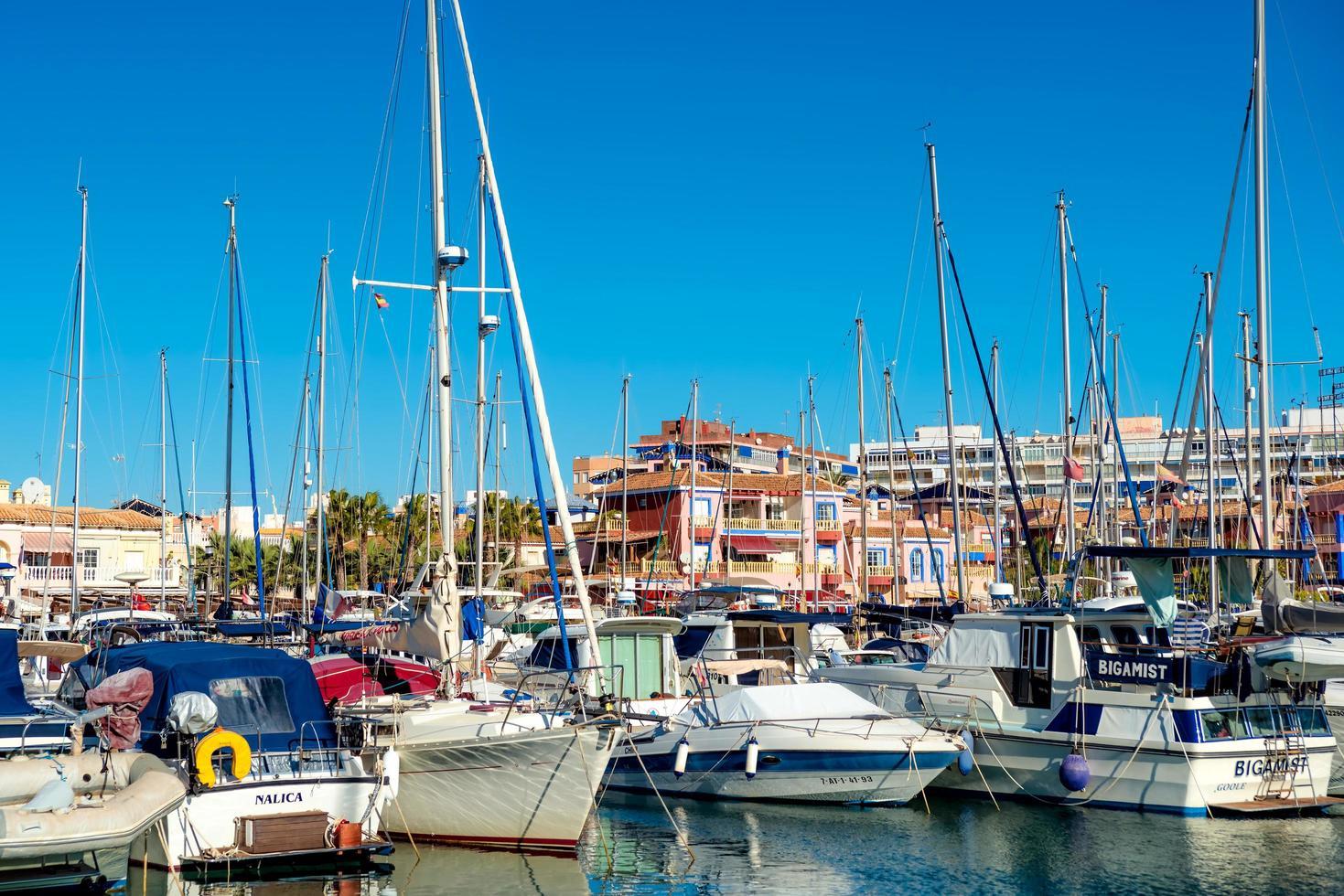 valencia, spanien 2017 - båtar och båtar i marinan i torrevieja foto