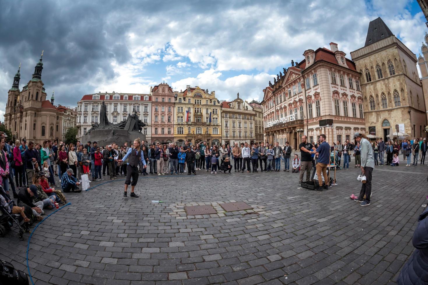 Prag, Tjeckien 2017 - sven från sverige med gataföreställning vid det gamla torget foto