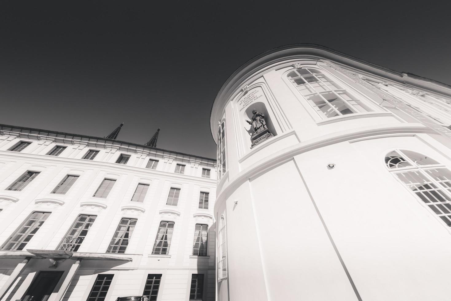 tjeckien 2018 - heliga korsets kapell på tredje gården vid slottet i Prag foto