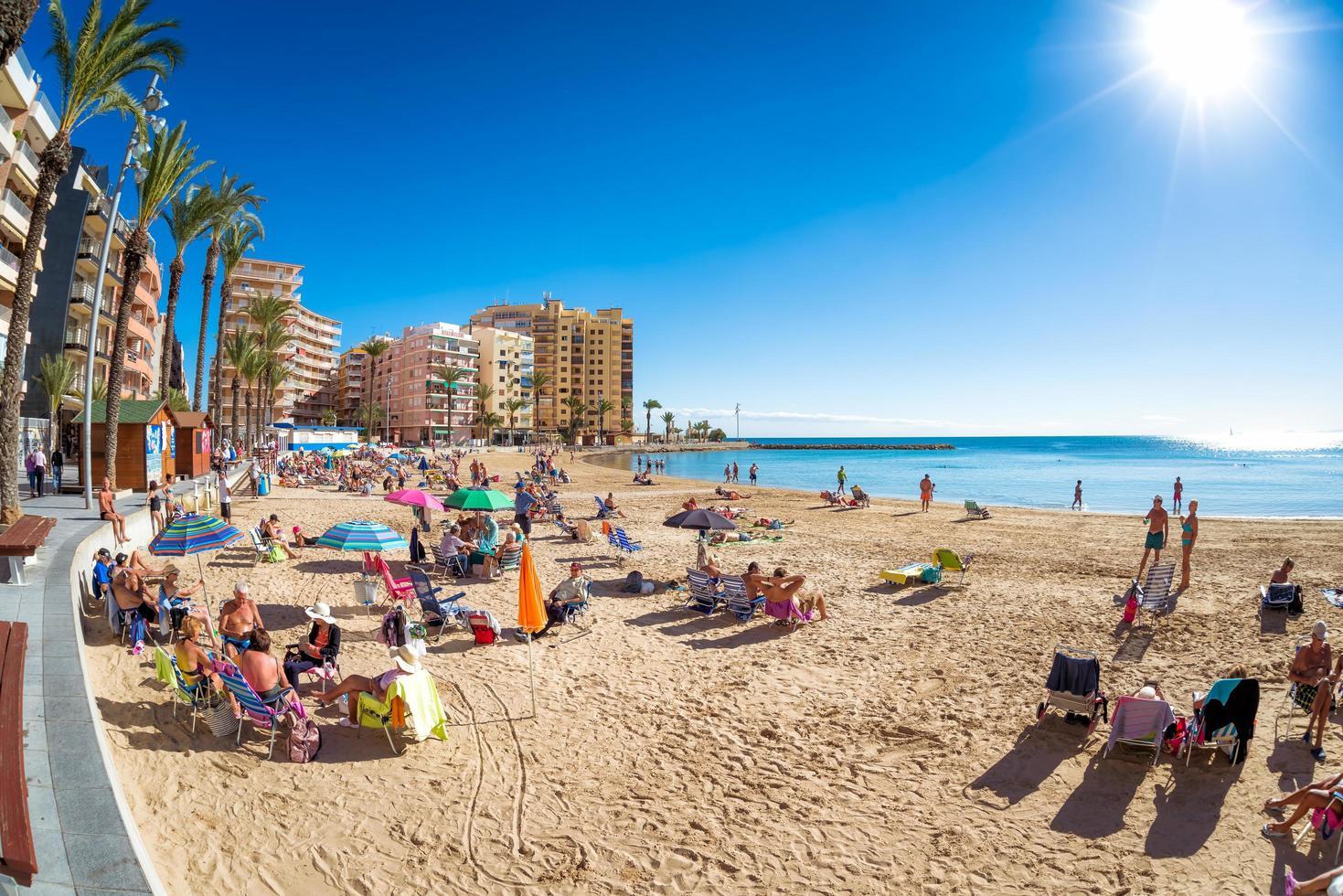 torrevieja, spanien 2017-- panorama av stranden i del del cura foto