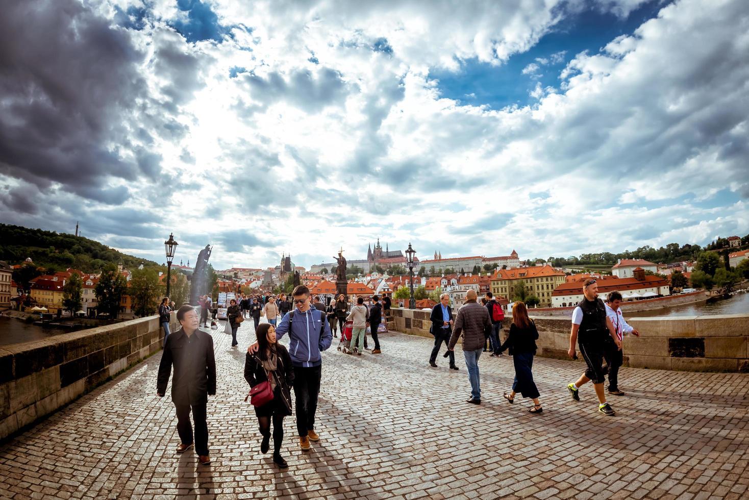 Tjeckien 2017 - människor som går över den historiska charles bron foto