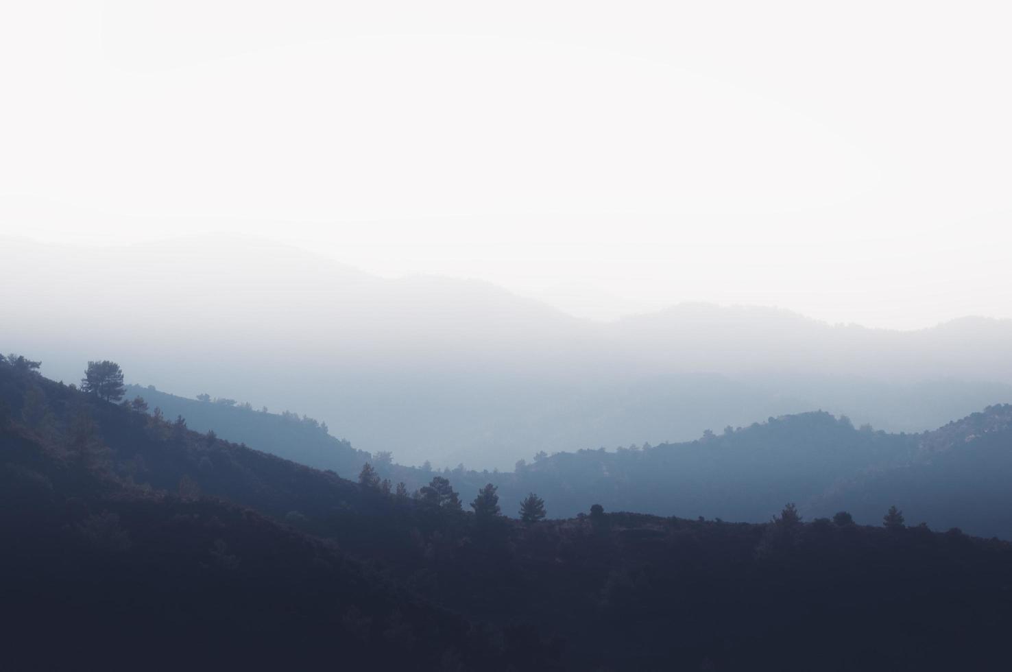 berg på morgondimman foto