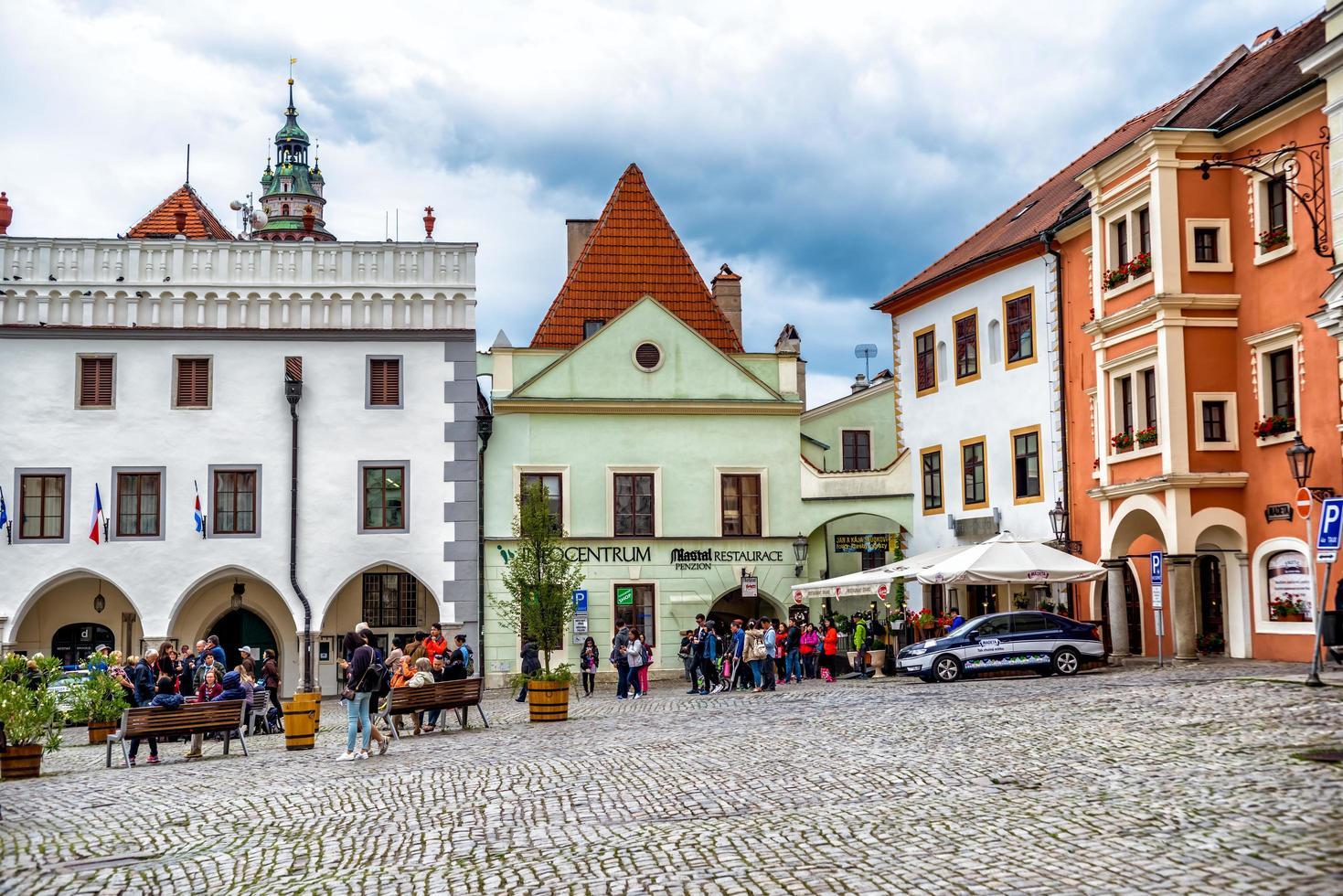Tjeckien 2016-- människor på namesti svornosti-torget, historiska gamla stan i Cesky Krumlov foto