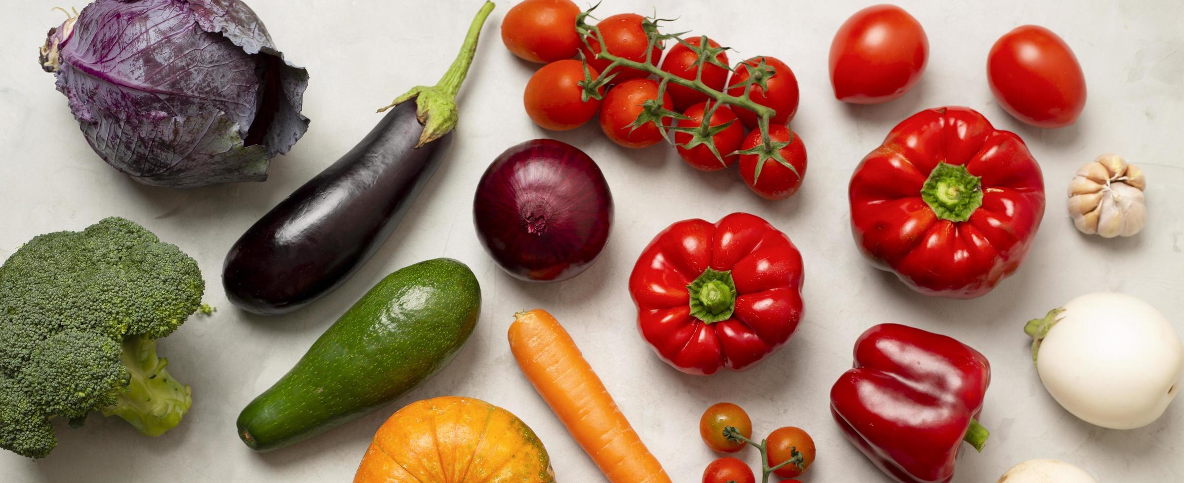 ovanifrån av diverse grönsaker foto