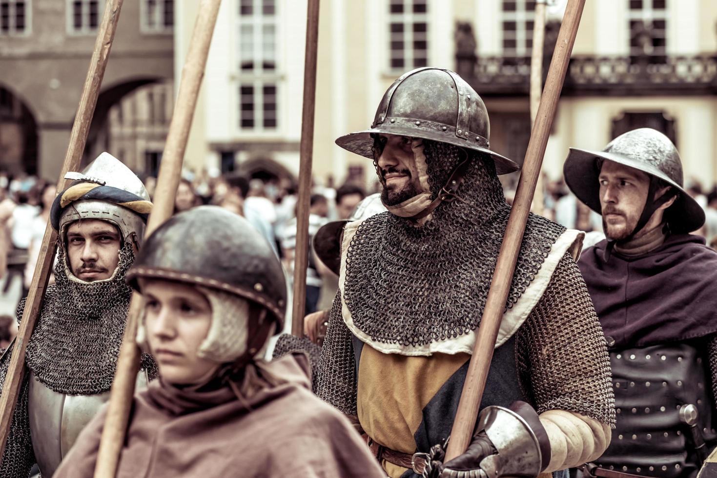 Prag, Tjeckien 2016 - Pansrade riddare leder marsch av Charles IV vid återuppförandet av kröningen av Charles IV i Prags slott foto