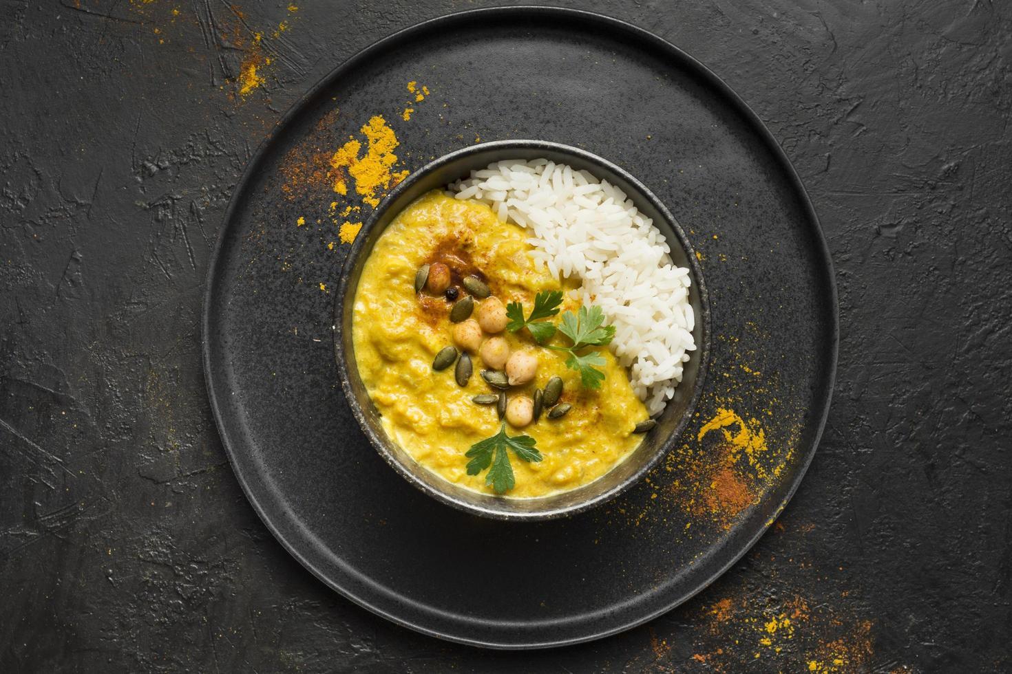 curry och ris i en skål foto