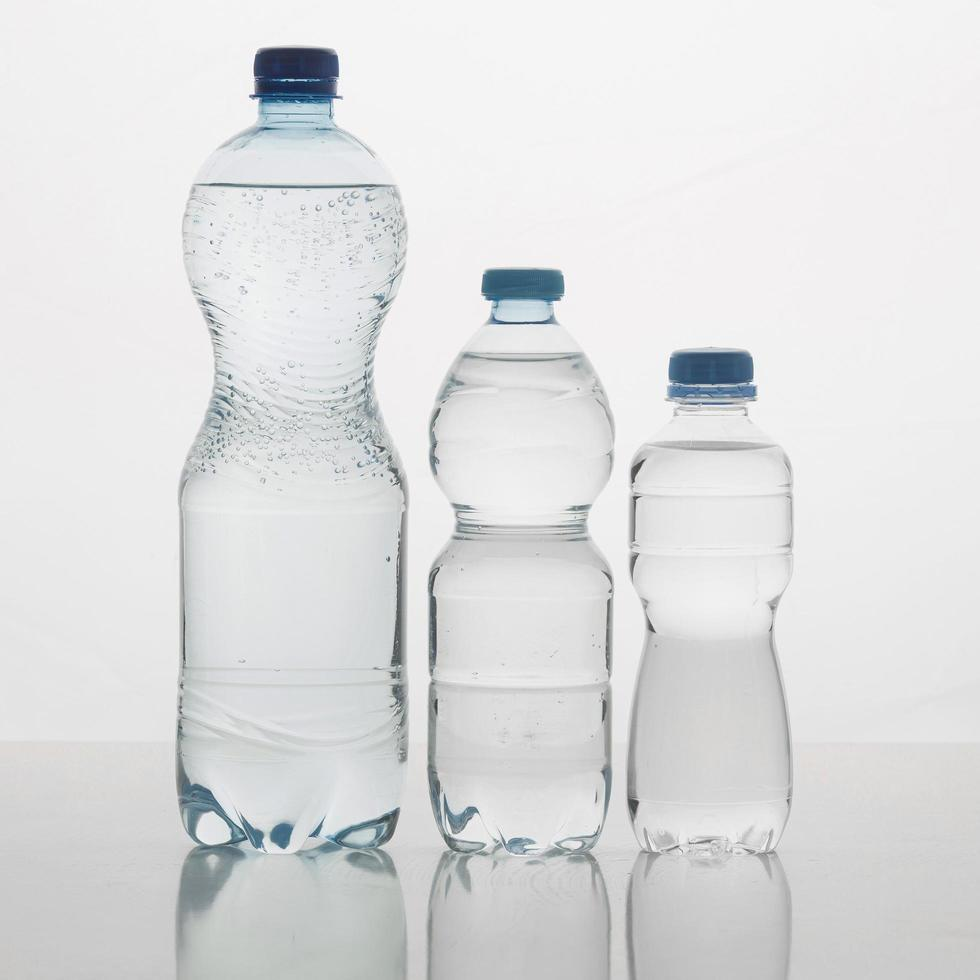 tre flaskor vatten foto