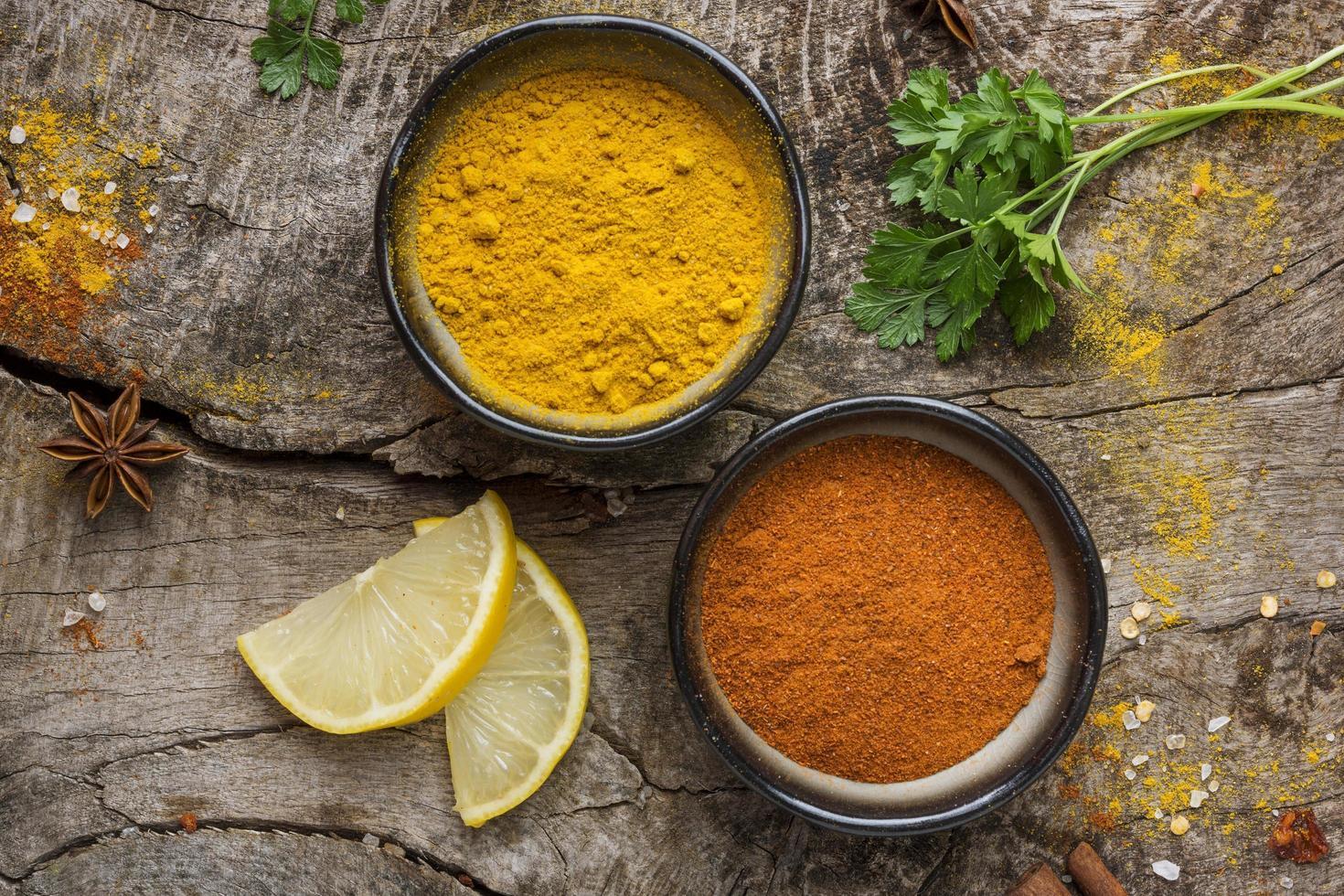 röda och gula kryddor foto