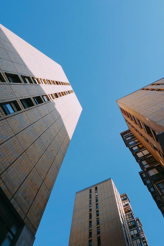 sikt för låg vinkel av byggnadsarkitektur i bilbao city, spanien foto