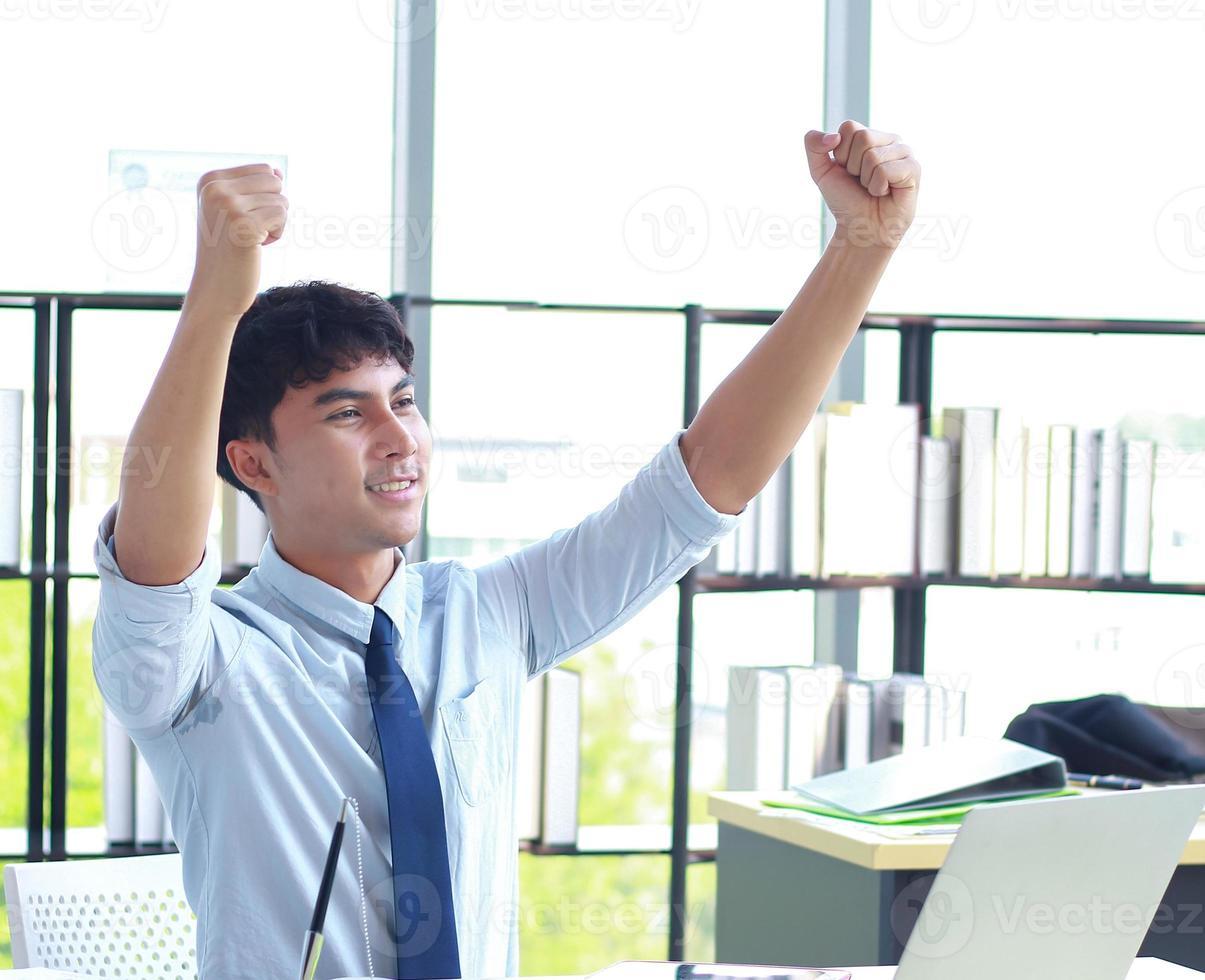 ung affärsman som gärna arbetar på kontoret foto