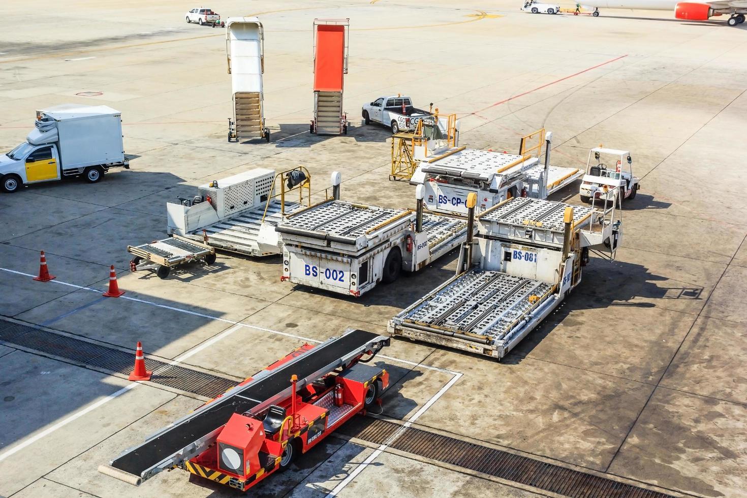 flygplan bogseringsbil och stege nära flygplan på landningsbanan i flygplatsen foto