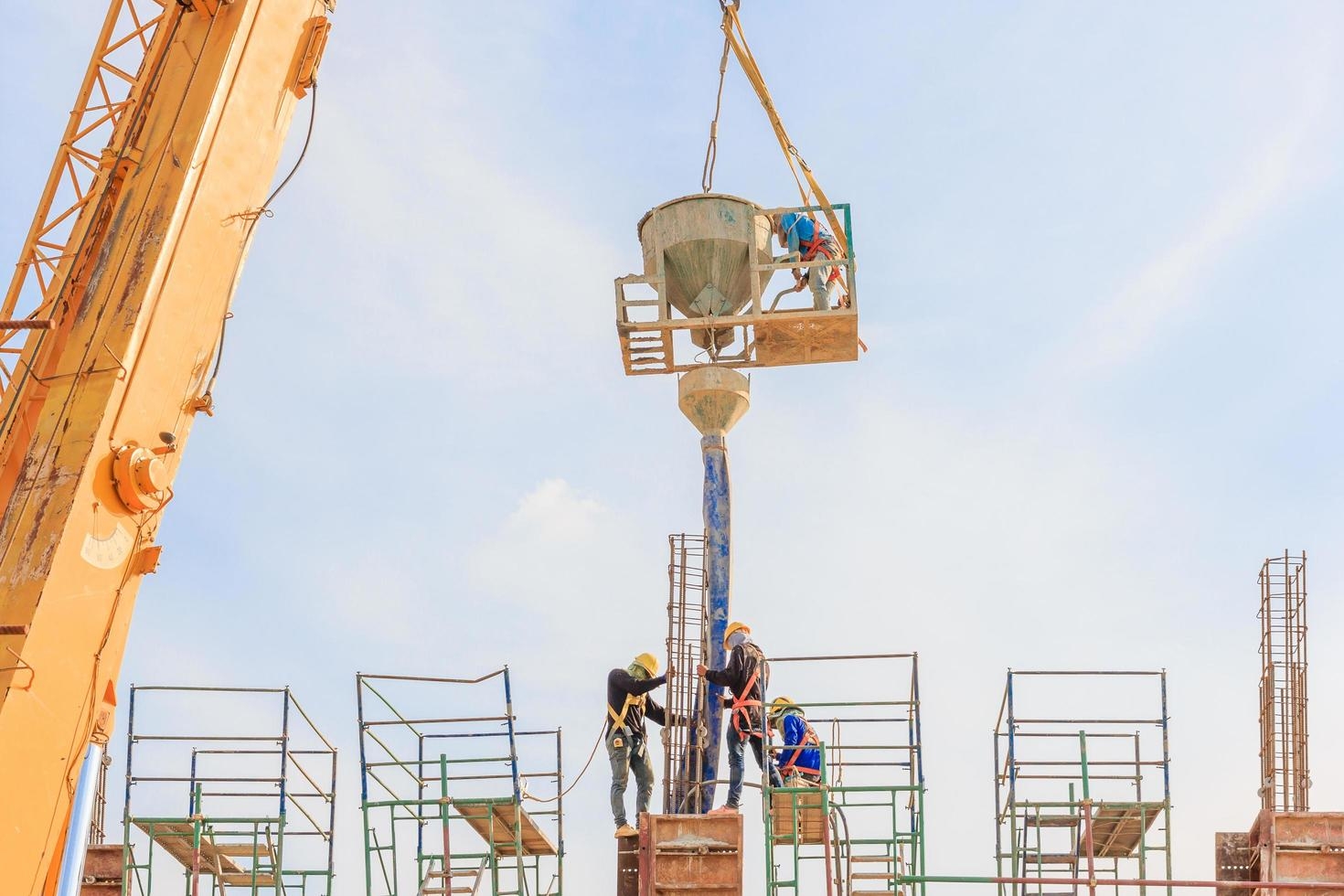 byggnadsarbetare som arbetar med byggnadsställningar på hög nivå enligt de normer som ställts foto