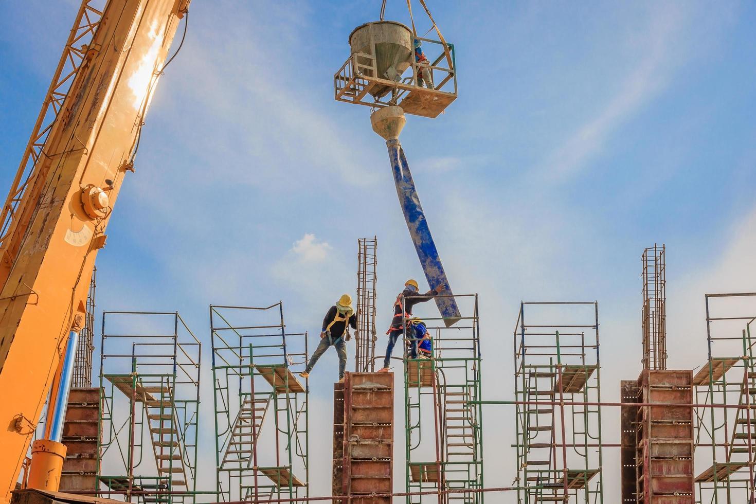 byggnadsarbetare som arbetar med byggnadsställning på hög nivå foto