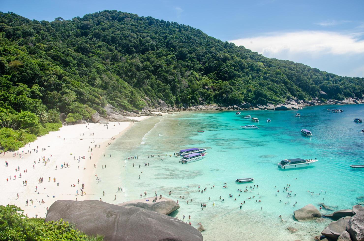 similan öar, thailand, 2020 - människor njuter av en dag på stranden foto