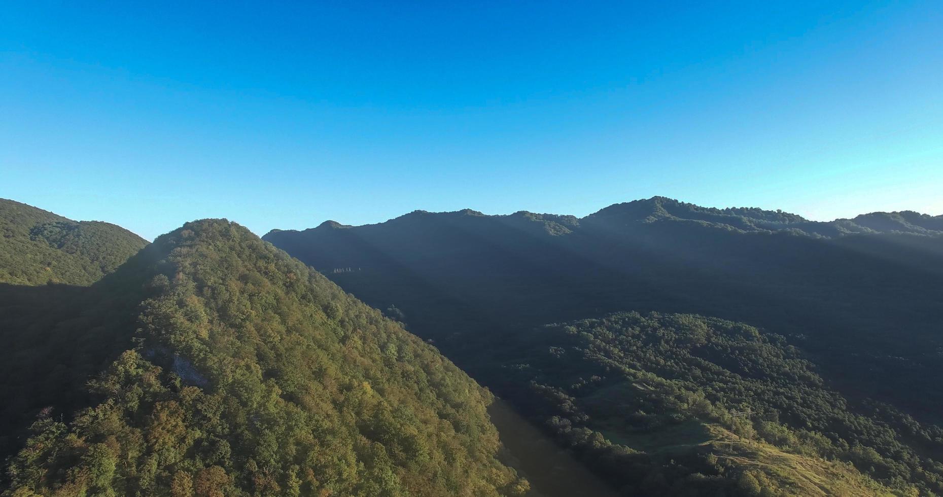 landskap av ett bergskedja med en klarblå himmel foto