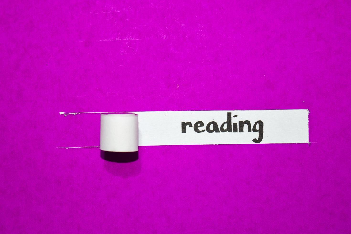 läsning av text, inspiration, motivation och affärsidé på lila sönderrivet papper foto