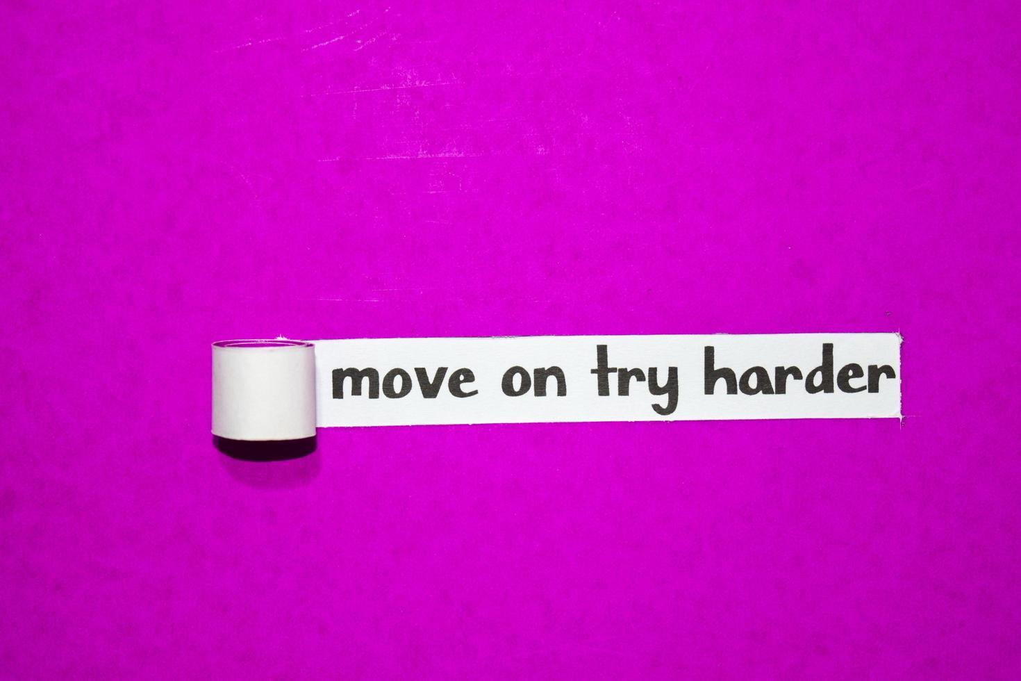 gå vidare försök hårdare text, inspiration, motivation och affärsidé på lila sönderrivet papper foto