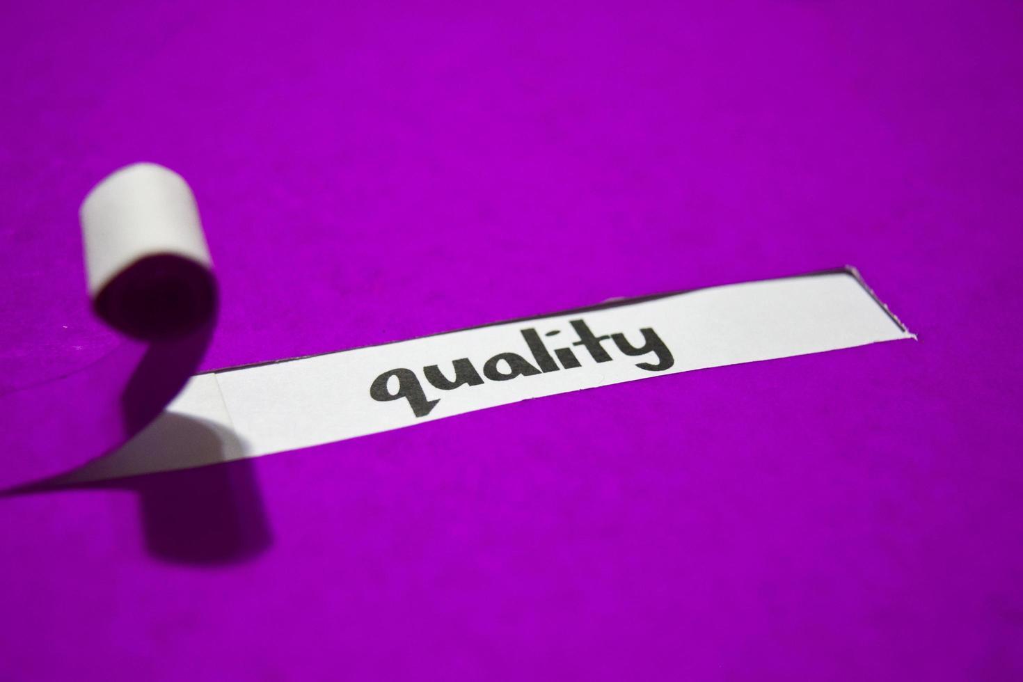 kvalitetstext, inspiration, motivation och affärsidé på lila sönderrivet papper foto