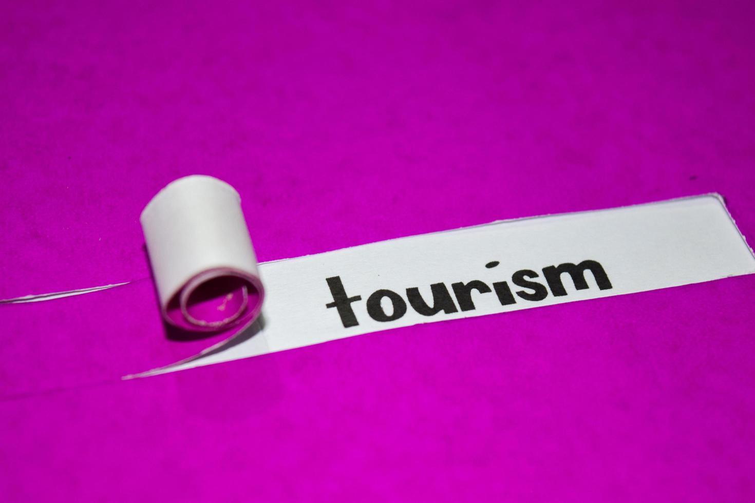turismstext, inspiration, motivation och affärsidé på lila sönderrivet papper foto
