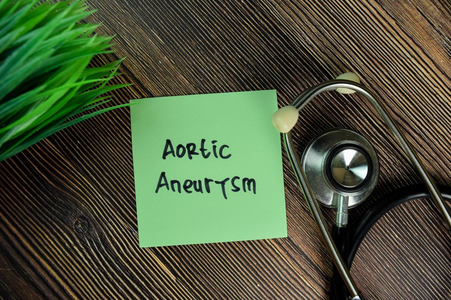 aortaaneurysm skrivet på fästis isolerad på träbord foto