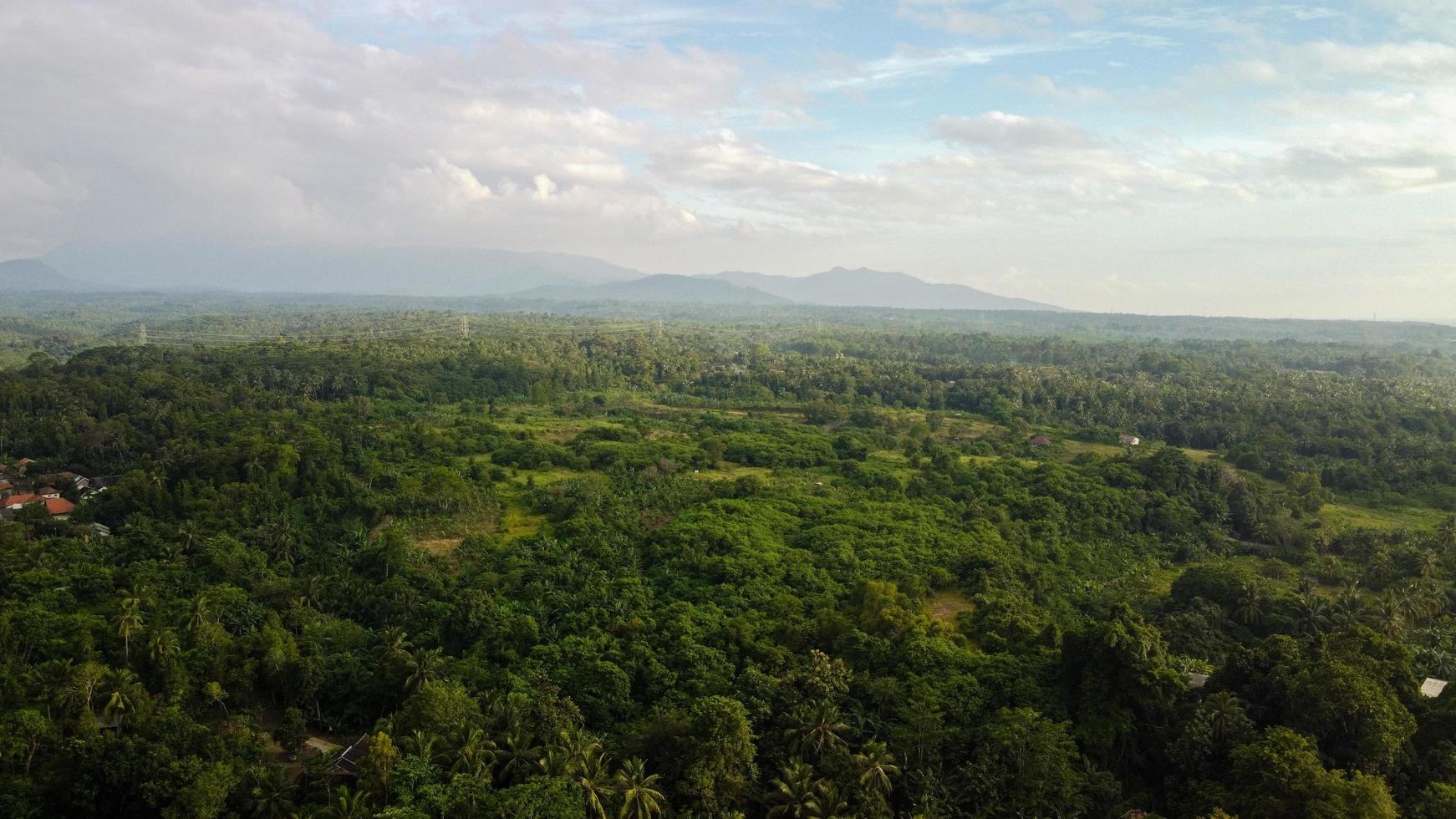 Flygfoto över bergslandskap i Banten, Indonesien foto