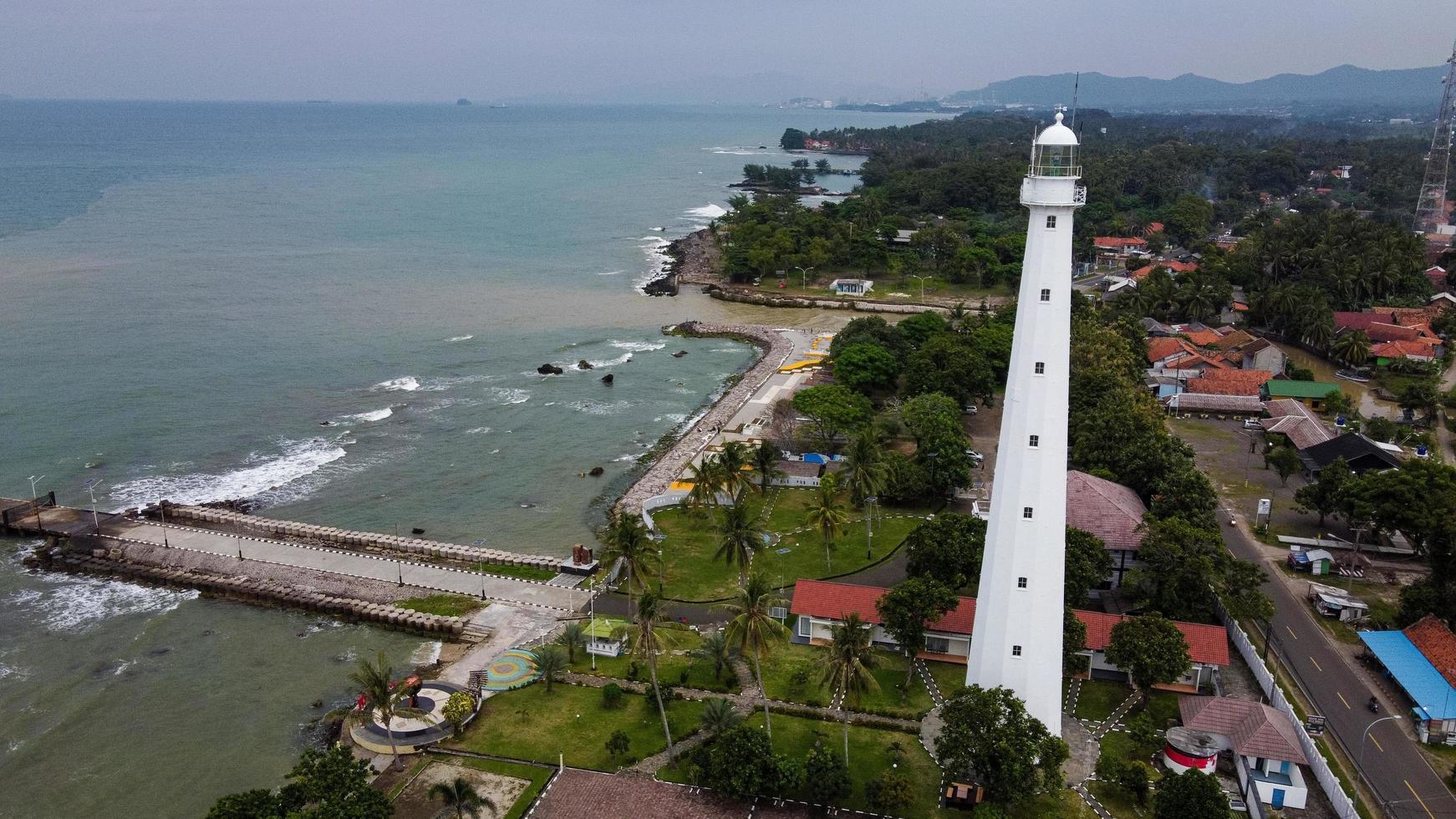 Banten, Indonesien 2021 - Flygfoto över fyren havet rock solnedgång landskap foto