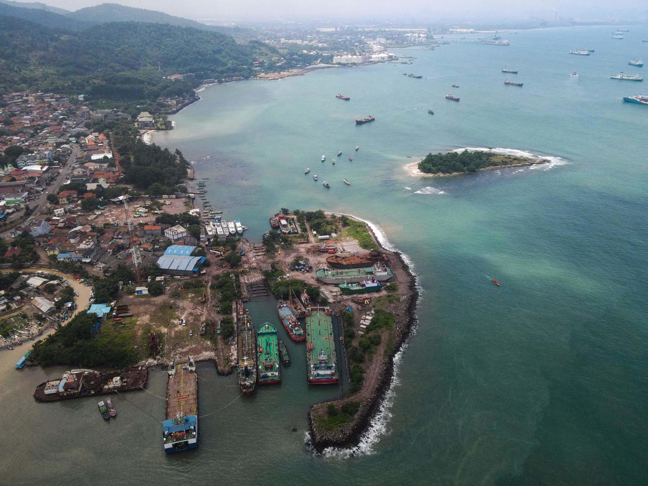 Banten, Indonesien 2021 - Flygfoto över marinhamnen i Pelabuhan Merak och stadens hamnö foto
