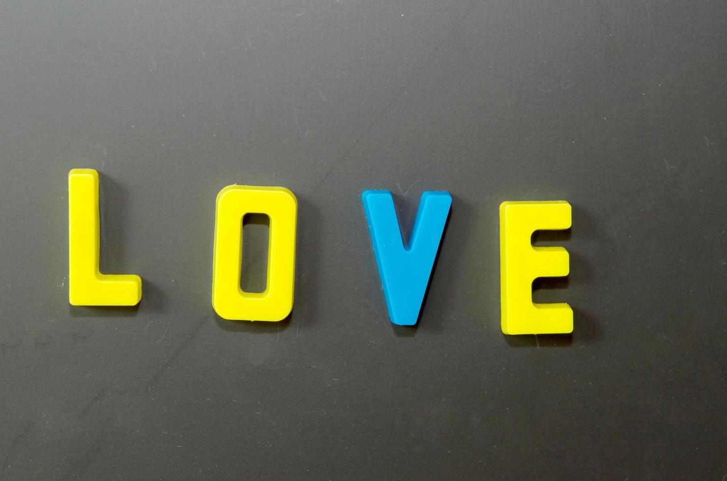 kärleksbrev på grå bakgrund foto